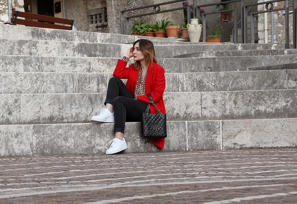 cappotto lungo e sneakers
